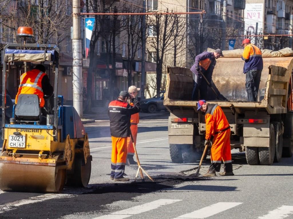 ямочный ремонт на улице Кирова, Дормостстрой, каток (фото smoladmin.ru)