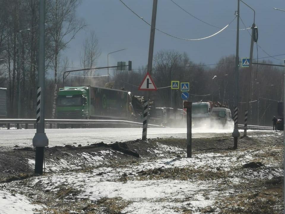 ДТП 193 км М1, лесовоз, фура Mercedes (фото vk.com lelik__96)