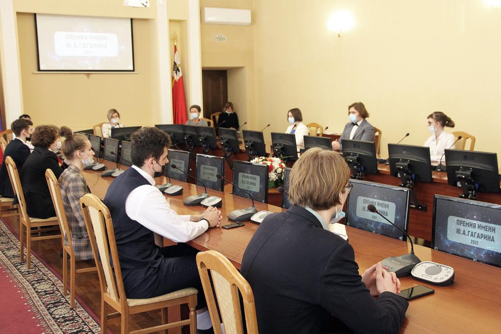 награждение школьников премией имени Гагарина (фото smolsovet.ru)