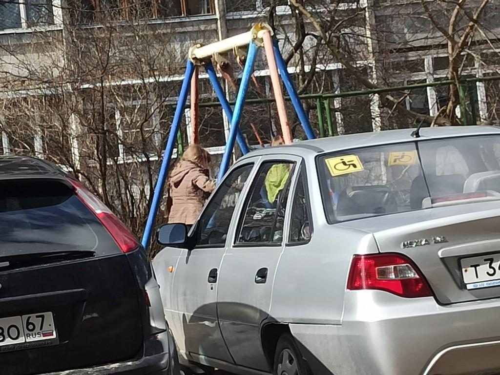поиски школьницы Яны в Вязьме 9.04.2021, девочки, качели (фото vk.comalice__sun)