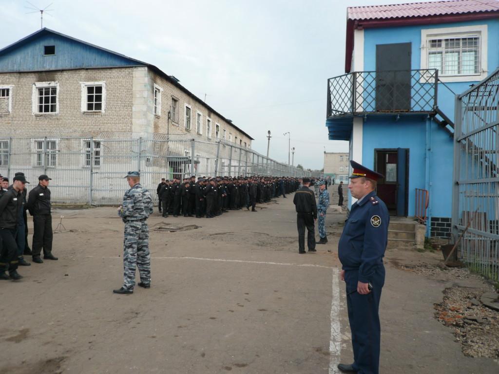 построение заключённых, исправительная колония №3, посёлок Шахты-3, Сафоновский район (фото smolensk.fsin.gov.ru)
