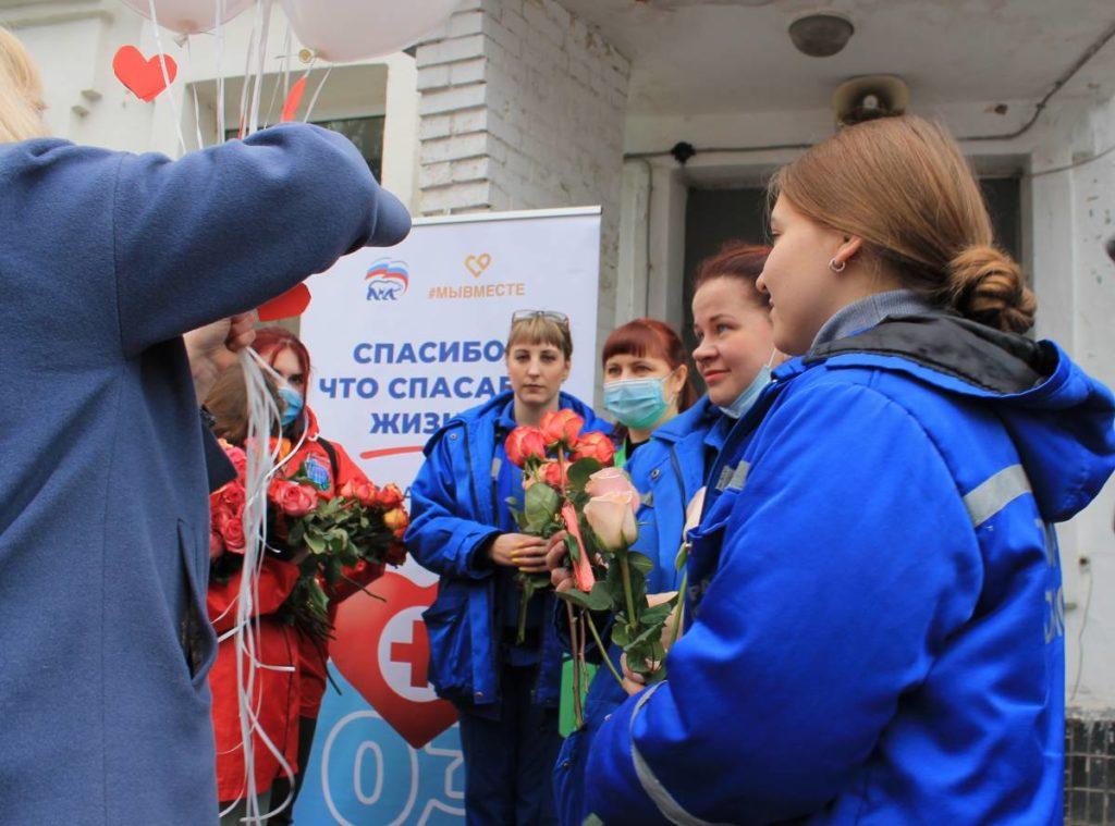 поздравление 28.04.2021 работников скорой медпомощи (фото smolensk.er.ru)