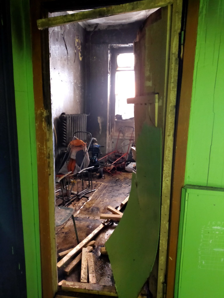 пожар 4.04.2021, подсобное помещение пятиэтажки на Соколовского_1 (фото 67.mchs.gov.ru)