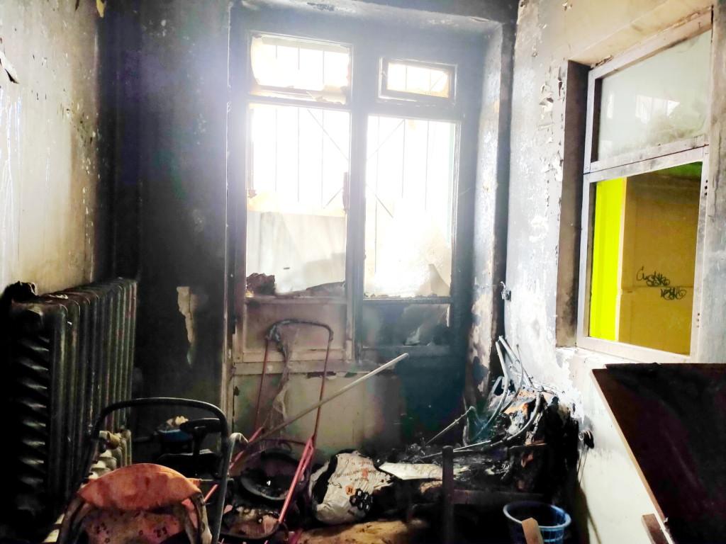 пожар 4.04.2021, подсобное помещение пятиэтажки на Соколовского_2 (фото 67.mchs.gov.ru)