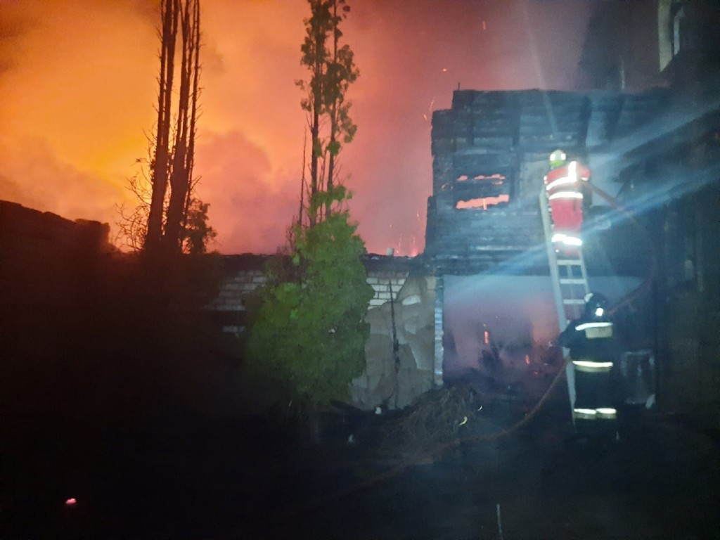 пожар 4.04.2021, Стабна, дом, гараж, машины (фото 67.mchs.gov.ru)