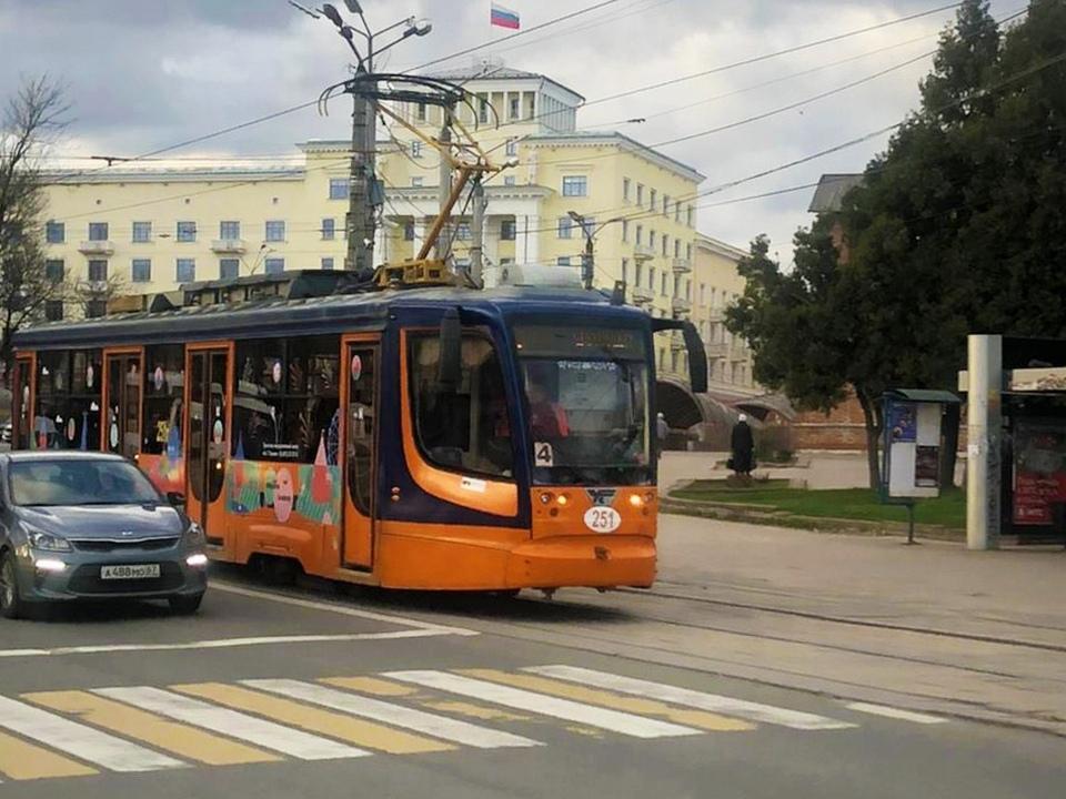 туристический трамвай с экскурсоводом