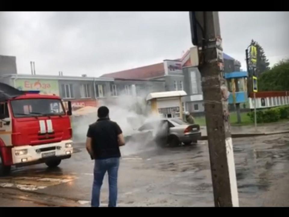 автопожар 20.05.2021 в Рославле (кадр видео viber-чат АВТОПОДМОГА_67)