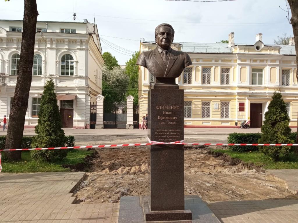 бюст Клименко 17.05.2021, начало реконструкции сквера