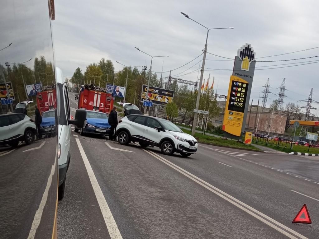 ДТП 14.05.2021, Кутузова, Renault, Nissan (фото vk.com id461645514)