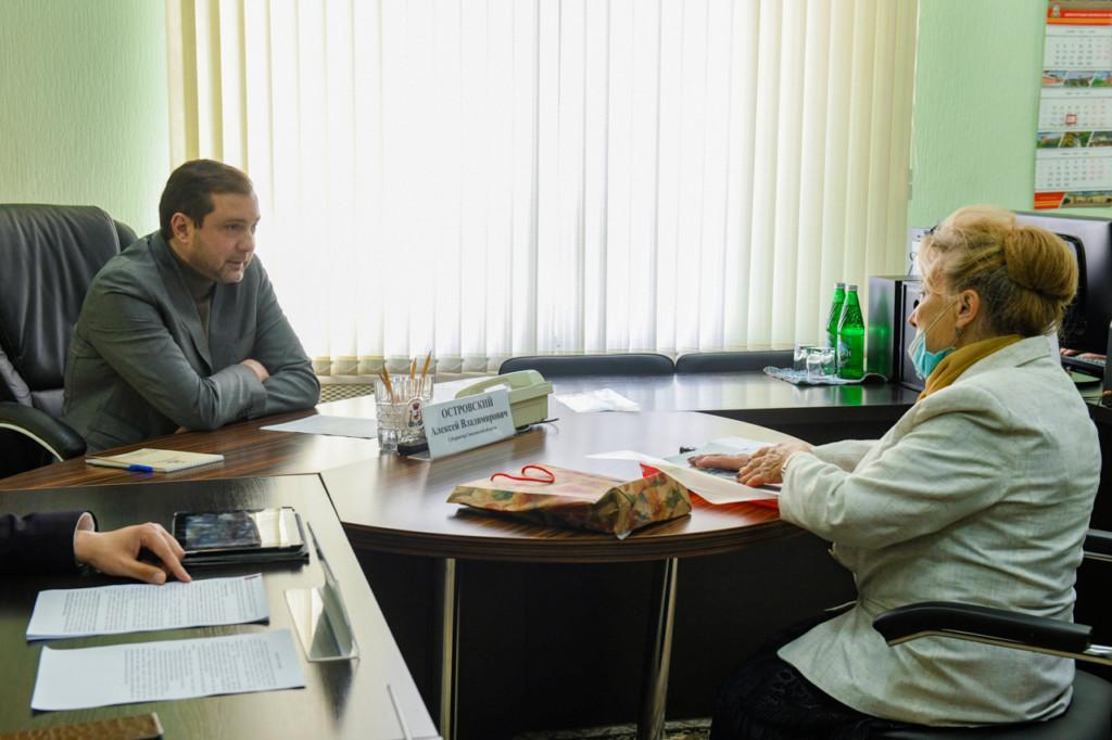 Островский, Инна Лаврова, Новый родник, приём граждан (фото admin-smolensk.ru)
