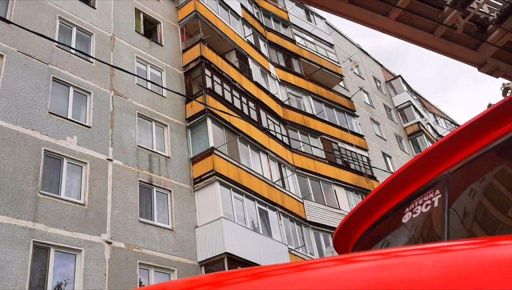 пожар 30.05.2021 на улице Вахрушева в Сафонове, автолестница (фото 67.mchs.gov.ru)