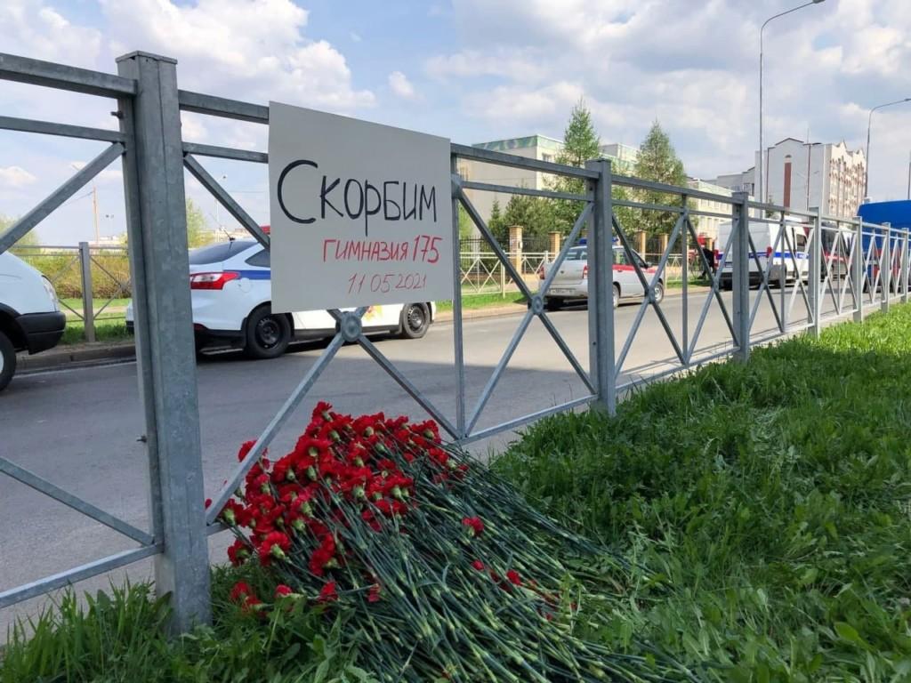 stihijnyj-memorial-vozle-kazanskoj-gimnazii-175-zhertvam-strelby-11.05.2021