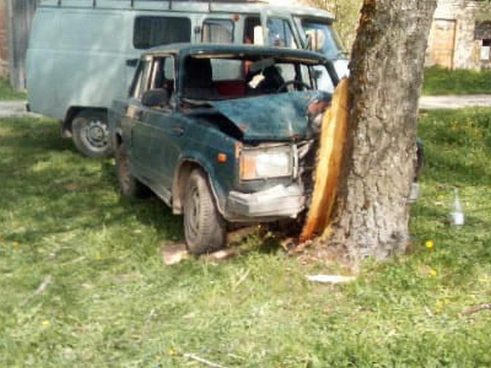 столкновение ВАЗ-2107 с деревом 18.05.2021, Денпвроское (фото vk.com avtokadr_67)