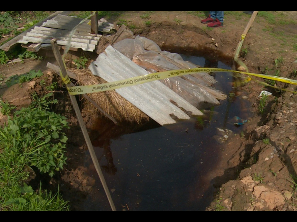 Под Смоленском ребёнок провалился в заполненную водой траншею
