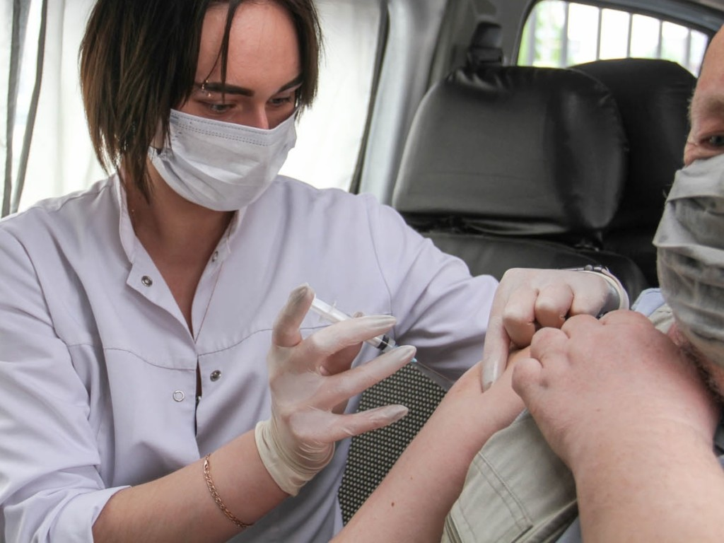 вакцинация от коронавируса, мобильный пункт (фото smoladmin.ru)