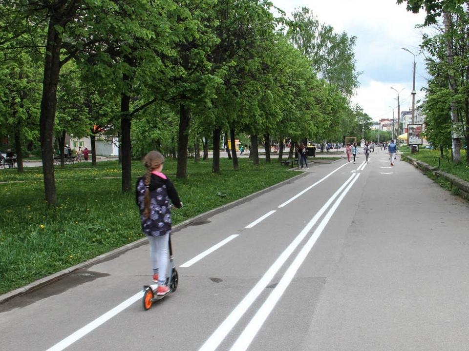 велодорожка на улице Октябрьской революции 19.05.2021, девочка на самокате (фото vk.com ostrovskylive1)