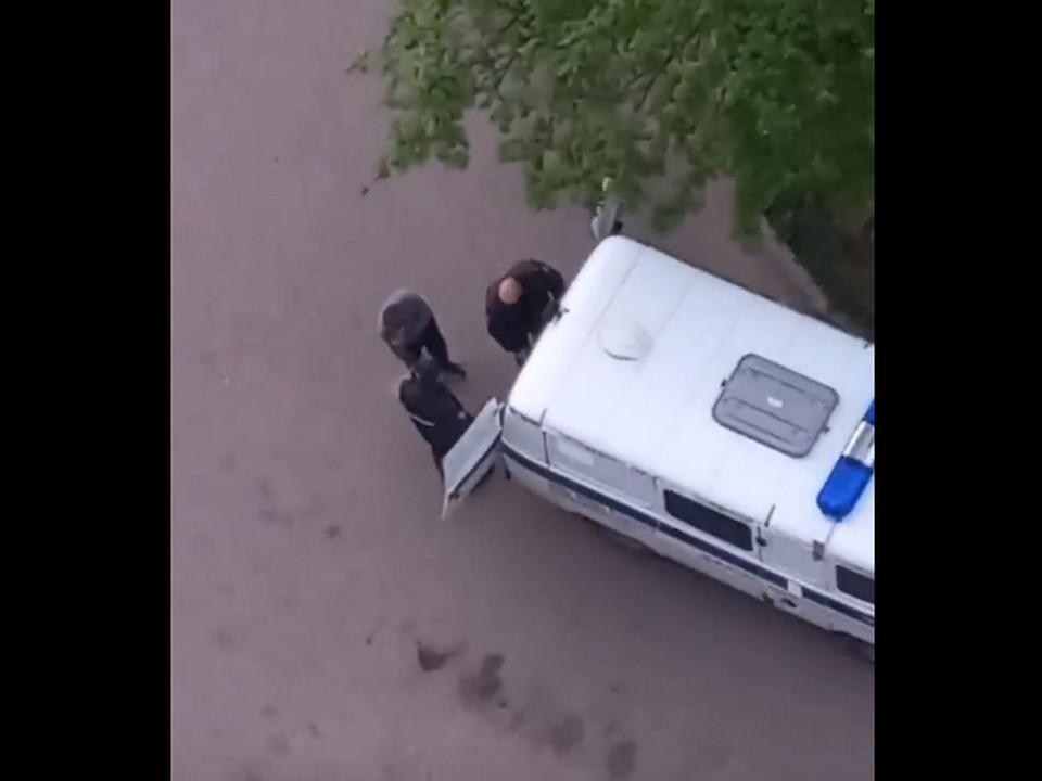 задержание хулигана 16.05.2021, Ярцево, Автозаводская (кадр видео vk.com yarzevo67)