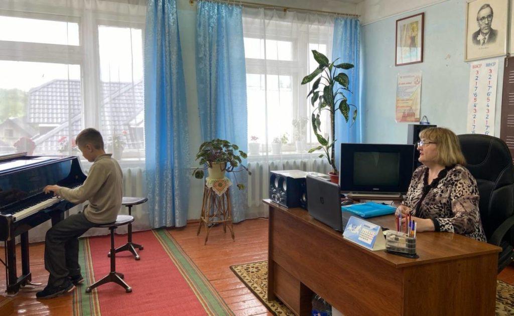 занятия музыки, уроки фортепиано, Демидовская школа искусств (фото smolensk.er.ru)