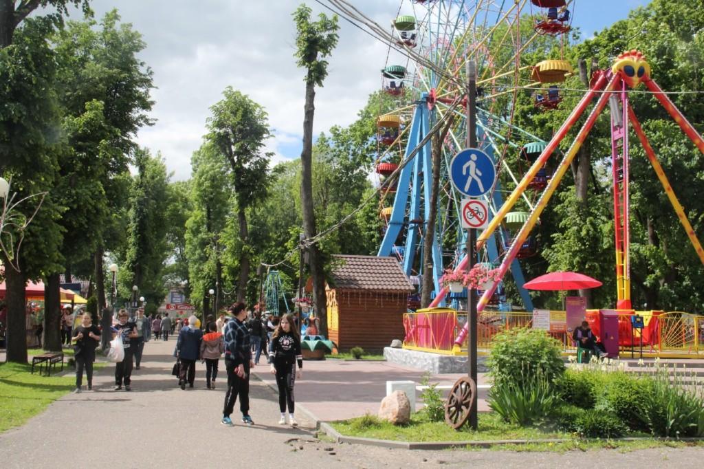 центральный парк Рославля, аттракционы, колесо обозрения (фото vk.com public172882573)