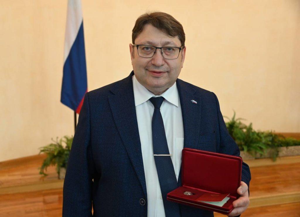 Эфрон, награда, Заслуженный врач РФ (фото smolensk.er.ru)
