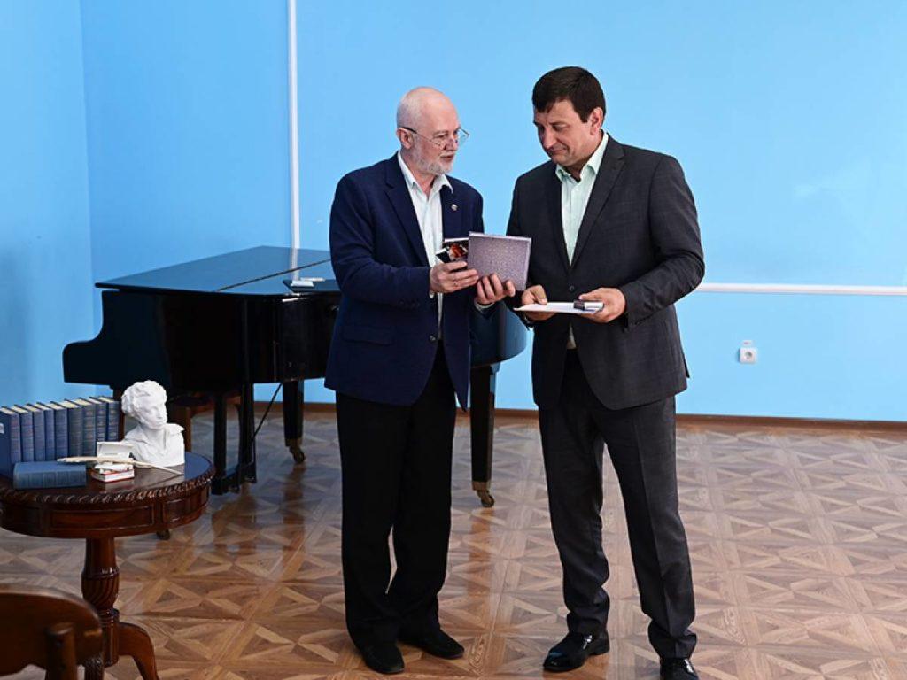 Ляхов, Виктор Мосенков, медаль имени Бунина, универсальная библиотека имени Твардовского (фото smolensk.er.ru)