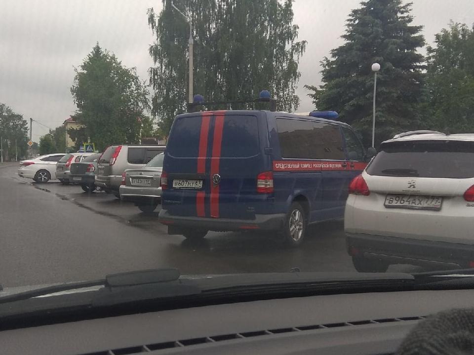 машина Следственного комитета у администрации Гагаринского района (фото vk.com id53570462)