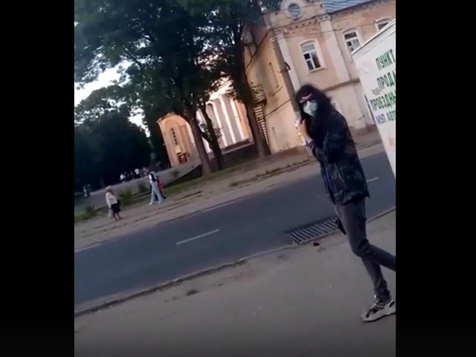 неадекват, наркоман 22.06.2021 на площади Победы (кадр видео )