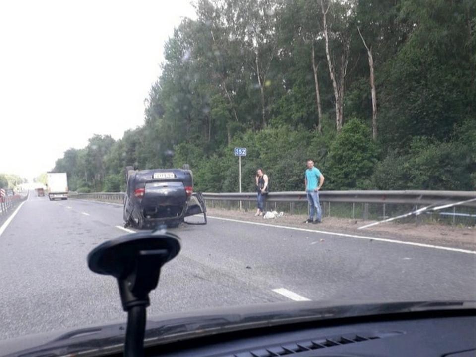 опрокидывание Renault 16.06.2021 на крышу, М1, Кардымовский район (фото vk.com podslushanovsafonovo)