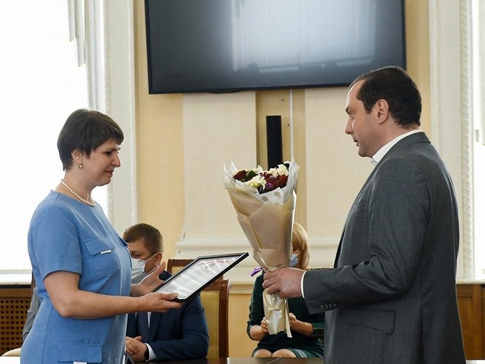 Островский, вручение награды медработнице (фото vk.com ostrovskylive1)