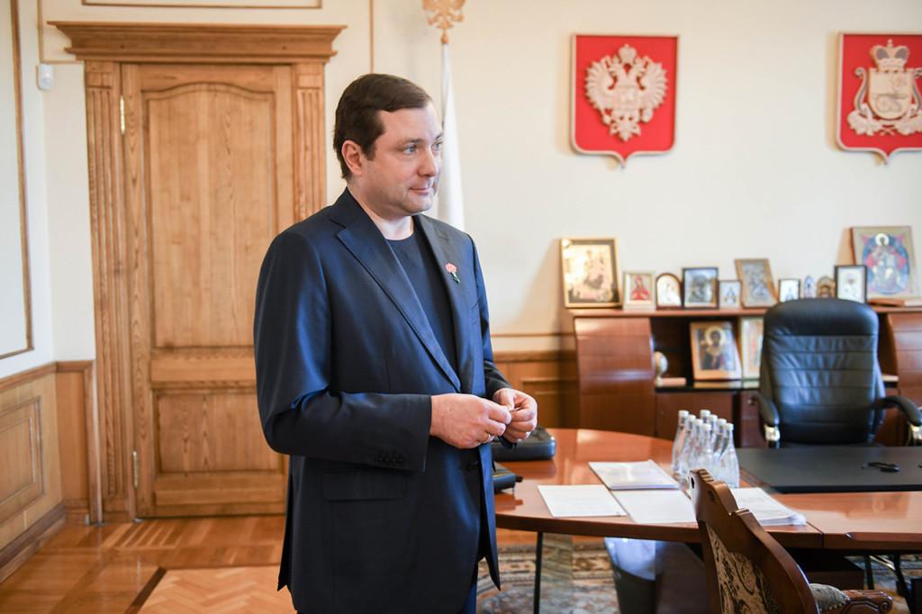 Островский, значок акции Красная гвоздика-2021 (фото admin-smolensk.ru)