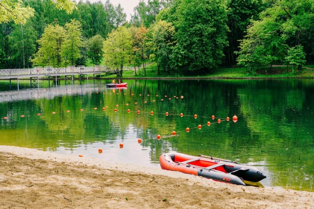 озеро в Соловьиной роще, места для купания, лодки спасателей (фото vk.com vashdomsmolensk)