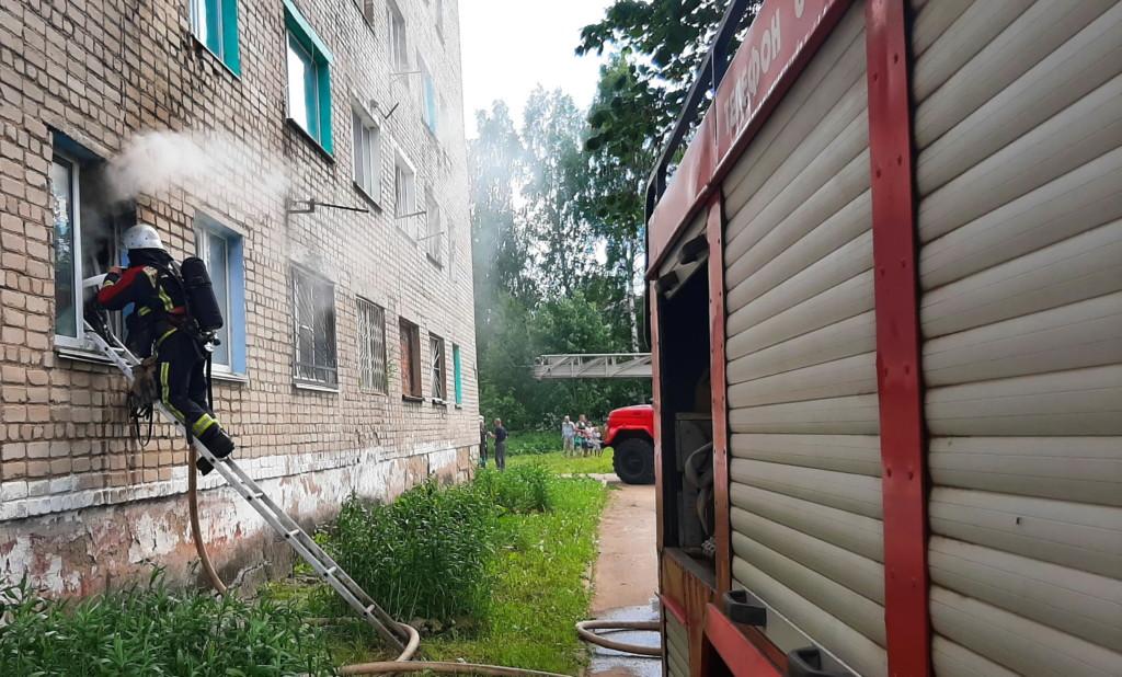 пожар 16.06.2021, Сафоново, улица Ковалёва, тушение через окно (фото 67.mchs.gov.ru)