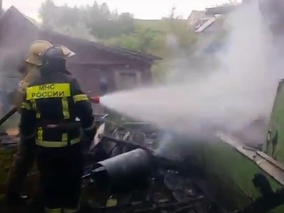 пожар, глазами МЧС, частный дом (кадр видео vk.com mchs__russia)
