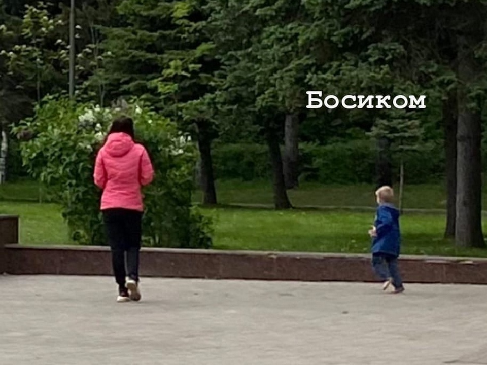 ребёнок гуляет босиком по Реадовке (фото vk.com black.smolensk)