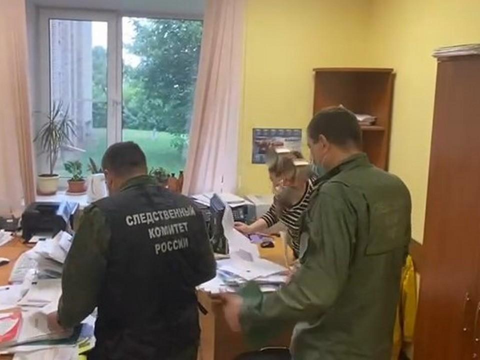 следственные действия в администрации Гагаринского района по аварийным домам (фото smolensk.sledcom.ru)