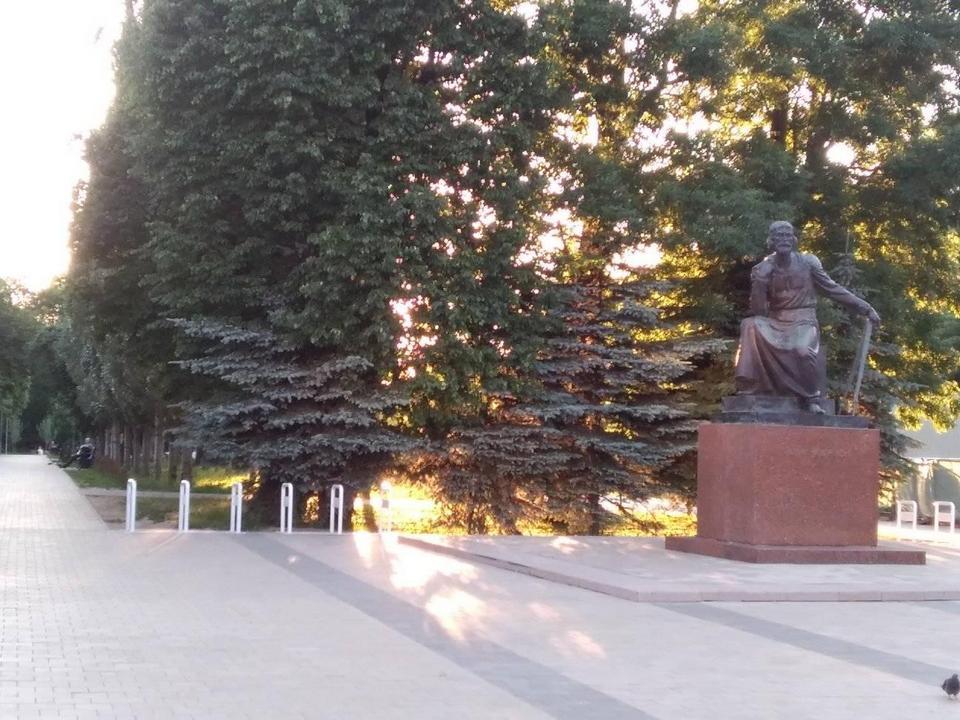 велопарковка за памятником Фёдору Коню, июнь 2021 (фото facebook.com schul.marina)