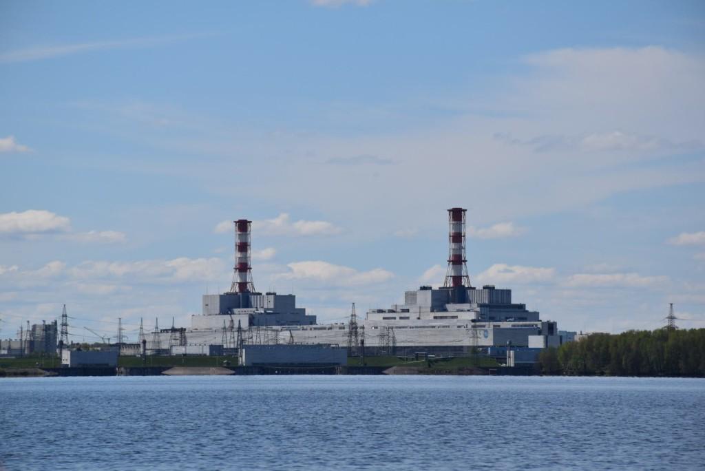 вид на Смоленскую АЭС с берега водохранилища (фото пресс-службы станции)