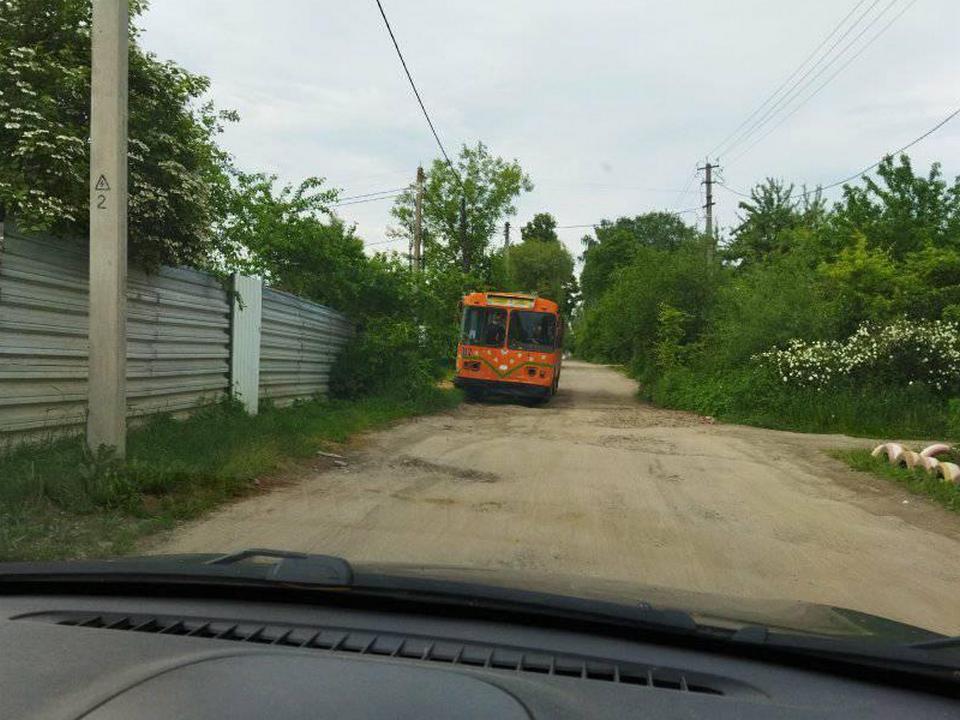 выкупленный троллейбус на даче смолянки (фото facebook.com siergey.amielin)