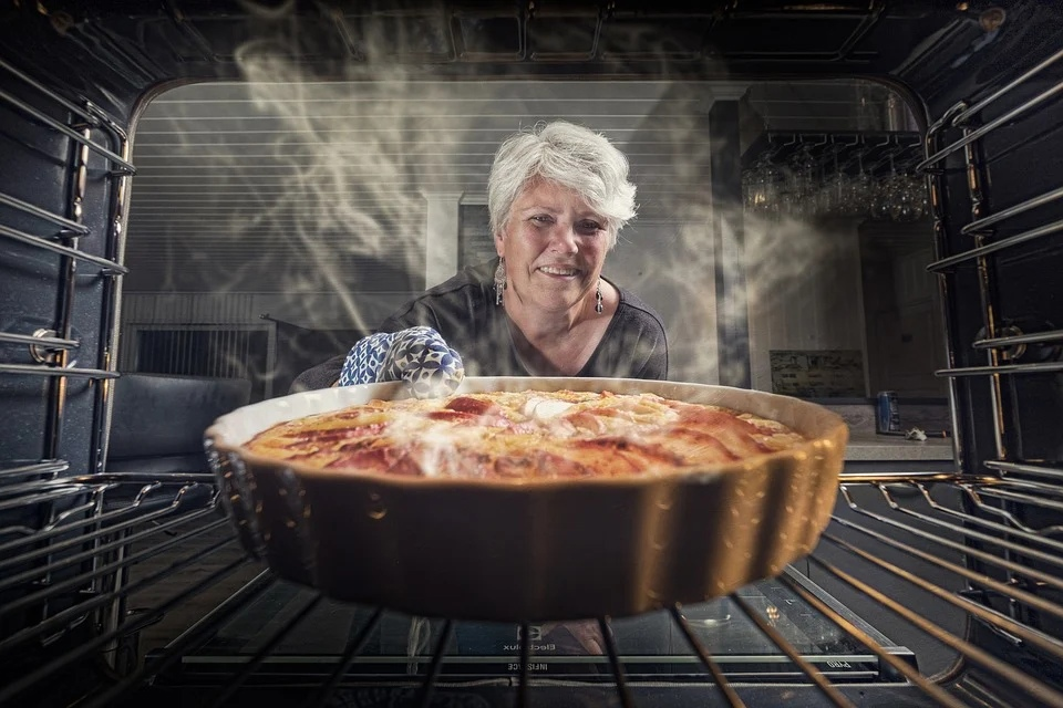 женщина домохозяйка кухня готовит