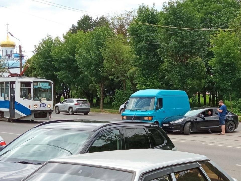 ДТП 6.07.2021, Tesla, фургон, трамвайные пути, 25 Сентября (фото vk.com smolensk_transport)