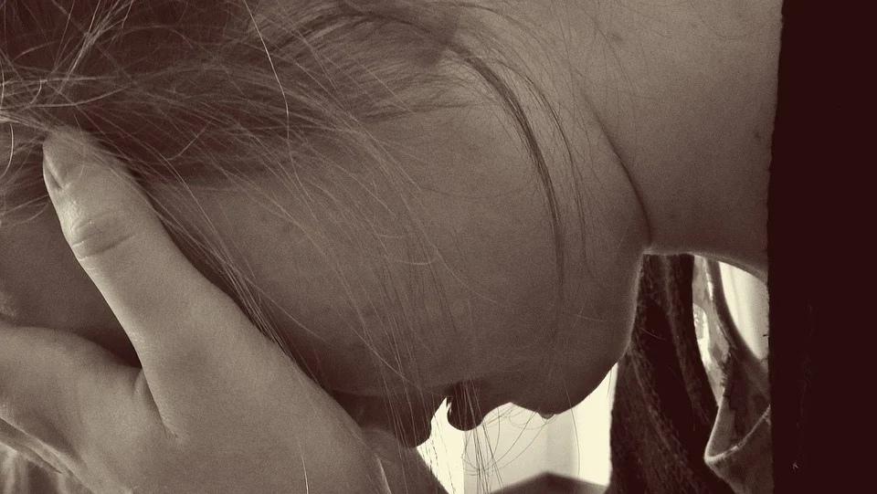 енщина мать плачет слёзы