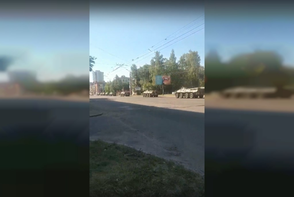 колонна военной техники 10.07.2021 на улице Нормандия-Неман (кадр видео vk.com e888kx67)