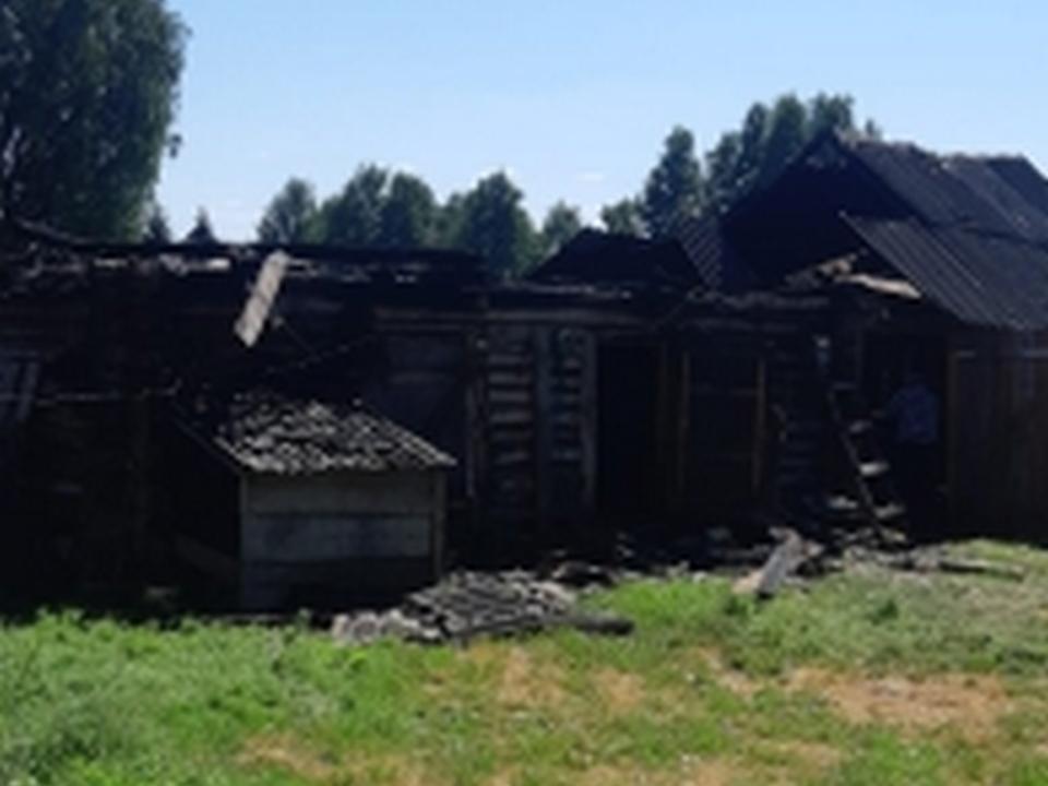 пожар 9.07. сарай, Епишово (фото 67.mchs.gov.ru)