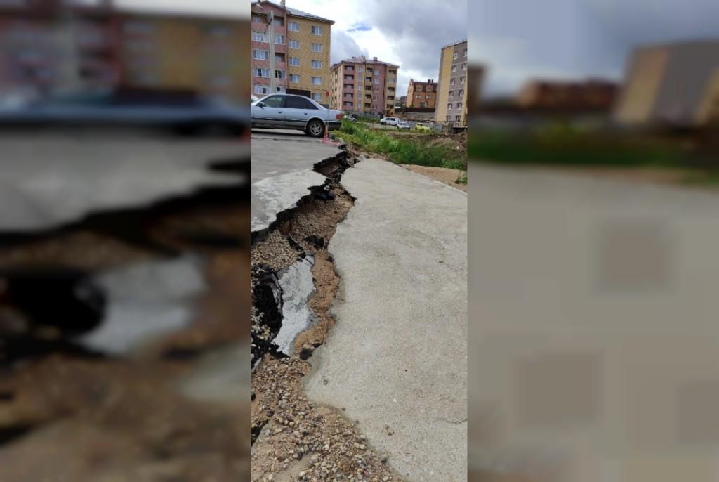 съезд склона, разрушение асфальта, улица Никольская в деревне Киселёвка (фото vk.com ykmoismolensk)