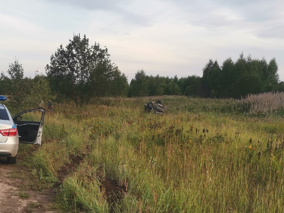 ДТП 1.08.2021, Ярцево, 1-я Литейная, Nissan, опрокидывание в кювет (фото vk.com yarzevo67)