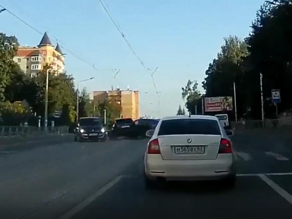 момент ДТП 19.08.2021, улица Фрунзе Смоленска, Ford Focus, Chevrolet Cruze (кадр видео vk.com bender57)