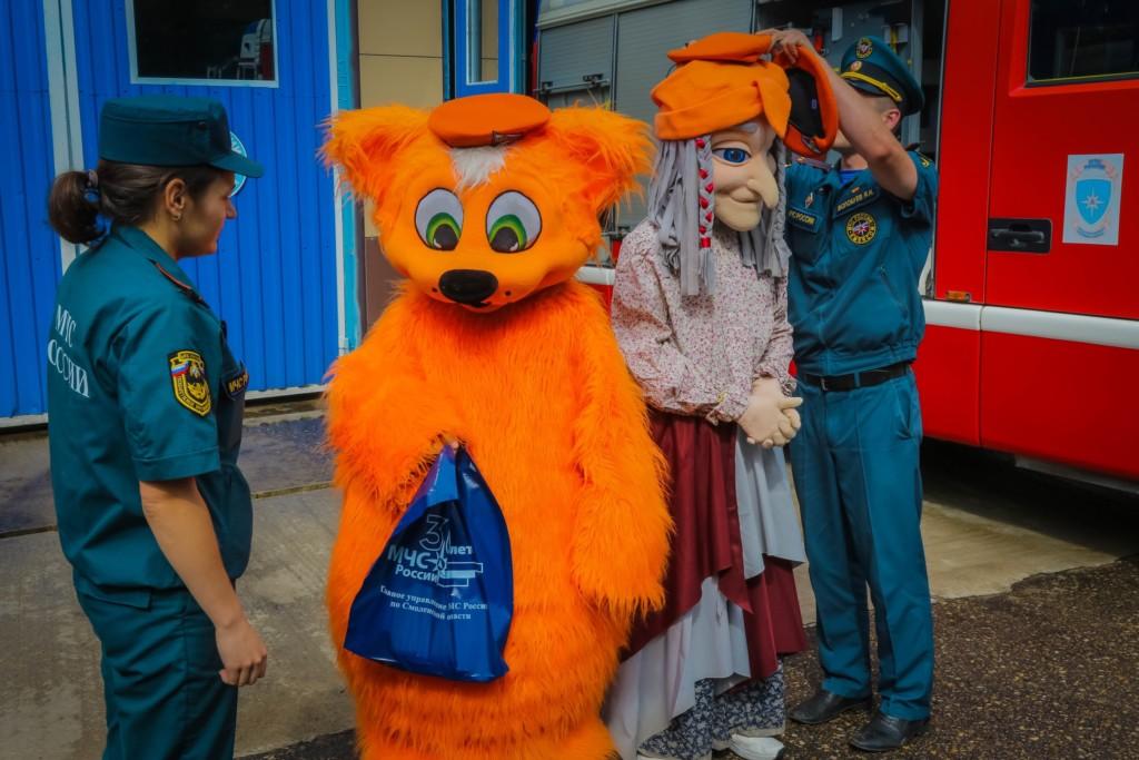 награждение актёров кота и Бабы-Яги за тушение пожара в Смоленске (фото 67.mchs.gov.ru)