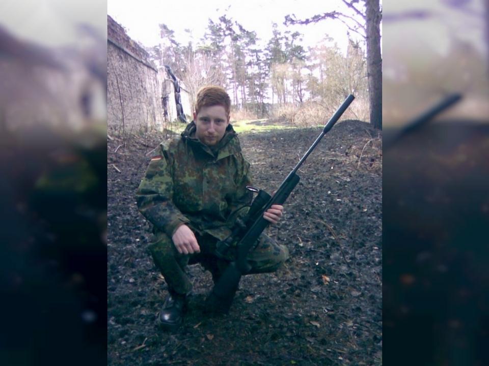 Никита Кузин с винтовкой