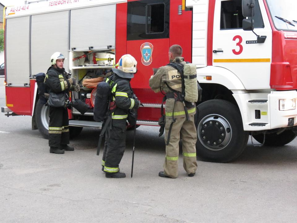 расчёт пожарно-спасательной части №3 Смоленска, автоцистерна (фото 67.mchs.gov.ru)