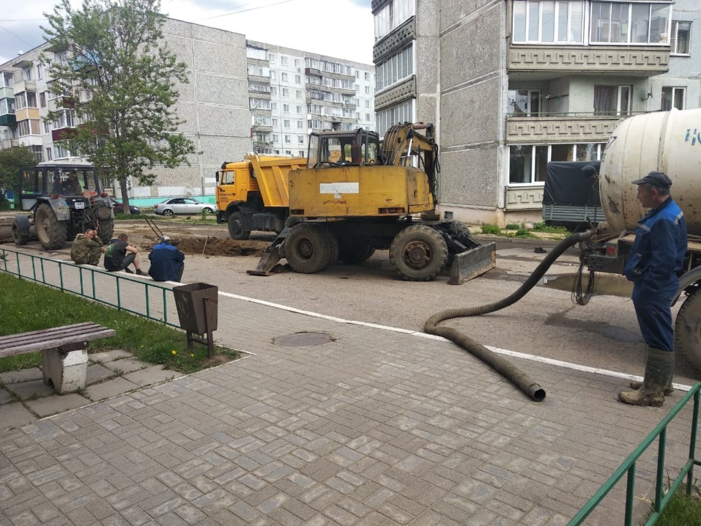 ремонт сетей холодного водоснабжения у дома №5 на улице 25 Октября 28.08.2021 после аварии в Вязьме (фото 67.mchs.gov.ru)